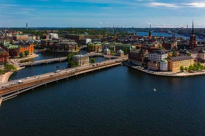 Защо Швеция продължава да държи две основни мерки срещу COVID-19