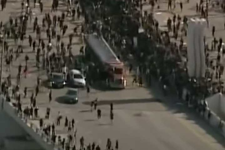 Камион с цистерна се опита да сгази протестиращи в Минеаполис. Извадиха шофьора и го пребиха