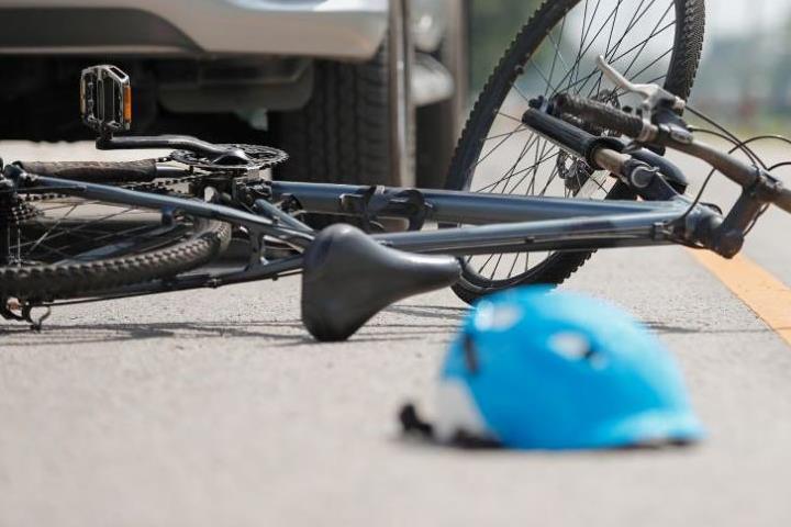 Карлово: Разсеян малък велосипедист в болница след сблъсък с кола