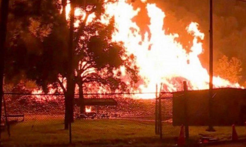 Мълния подпали къща, остави семейство без покрив
