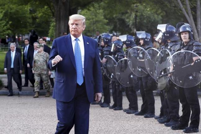 Тръмп: Изпращам хиляди тежко въоръжени войници