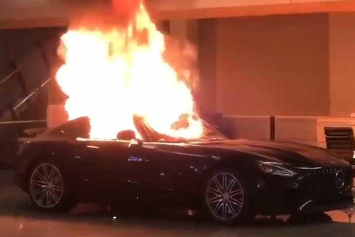 """Унищожиха луксозни коли за милиони в шоурум """"Мерцедес"""" в Калифорния и го подпалиха"""