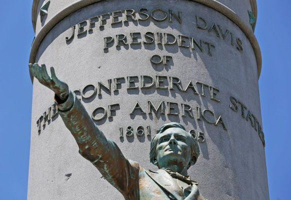Паметник на Джеферсън Дейвис бе съборен в Ричмънд, Вирджиния