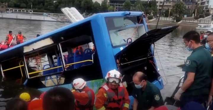 Автобус с ученици падна в езеро, 21 загинаха (ВИДЕО)