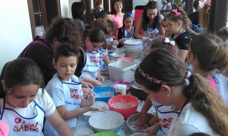 Десетки щастливи деца заедно месиха хляб в Карлово