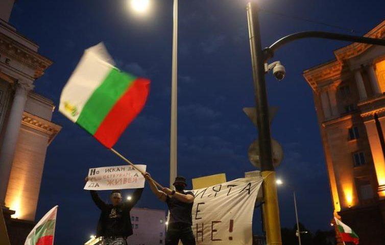 """Захвърленото знаме от """"Росенец"""" пътува към протеста в София"""