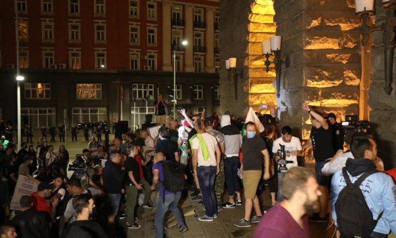 Напрежението ескалира, протестиращи щурмуваха бившия Партиен дом