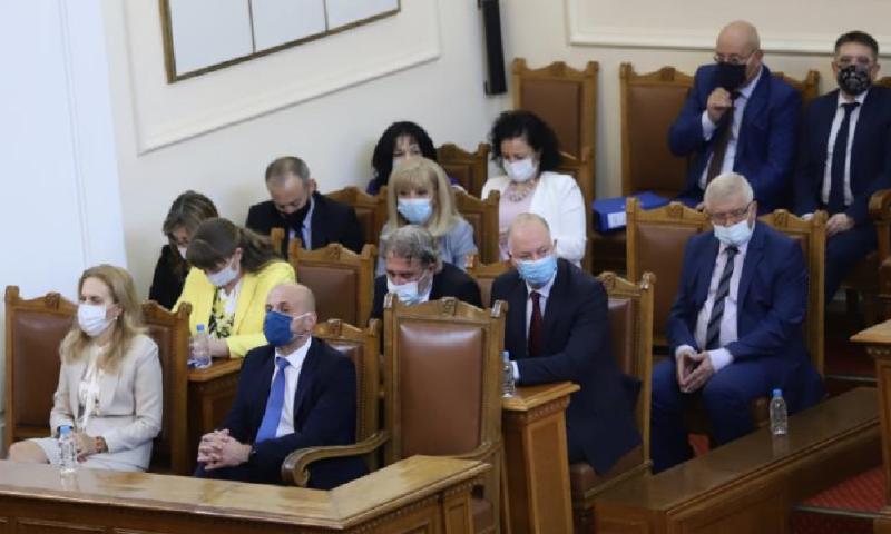 """Напрежение и викове: """"Оставка"""" в парламента"""
