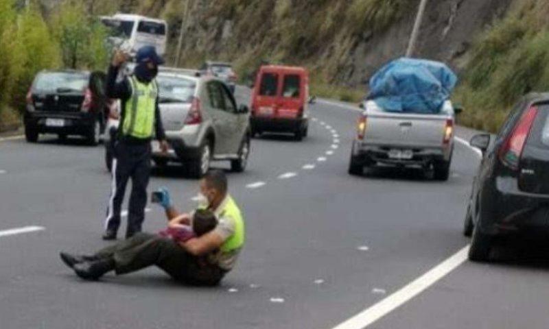 Полицай използва телефона си, за да разведри дете след тежка катастрофа