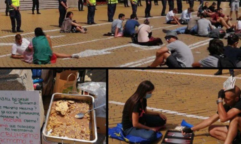 Протестът омекна: Плаж, табла и мусака на жълтите павета