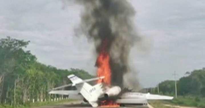 Самолет, носещ кокаин, се запали на магистрала в Мексико