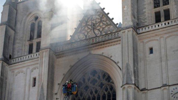 ТАСС: Мигрант от Руанда призна, че е предизвикал пожара в катедралата в Нант умишлено