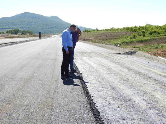 """Положен е първият пласт асфалт върху участък от трасето на АМ """"Хемус"""" край Търговище"""