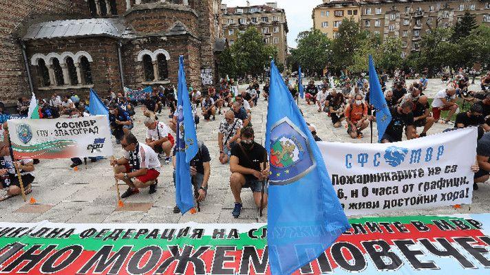 Десетки полицаи се събраха на протест в деня на професионалния им празник