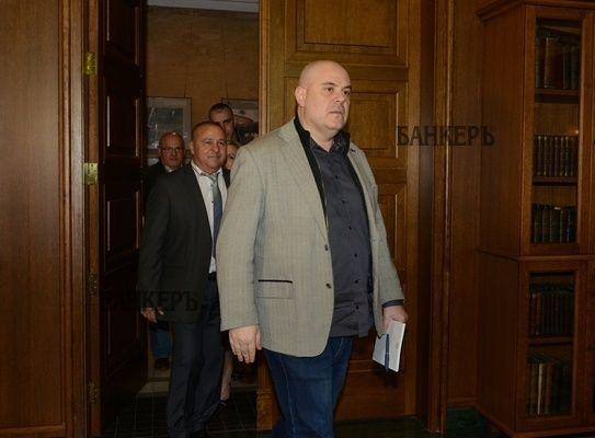 Прокурорите от страната се вдигнаха да защитават Гешев