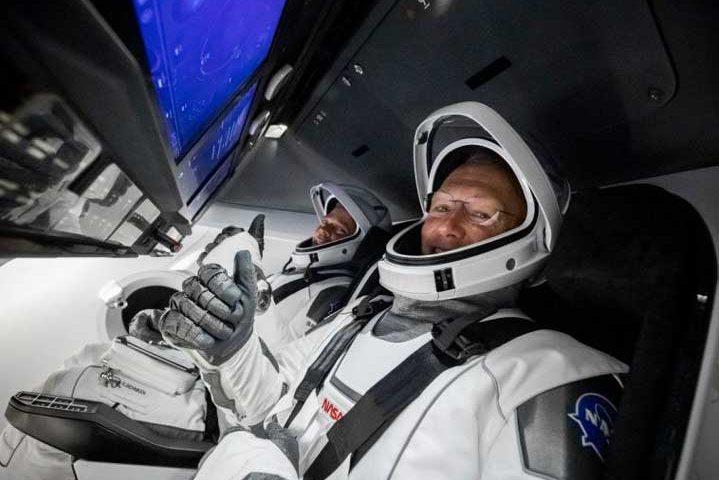 """Астронавтите от """"SpaceX"""" се завърнаха успешно (ВИДЕО)"""