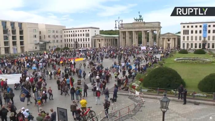 Хиляди протестираха срещу мерките срещу коронавируса в Европа (ВИДЕО)