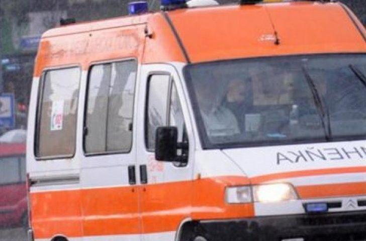 Шофьор се заби в дърво край Иганово, жена е в болница