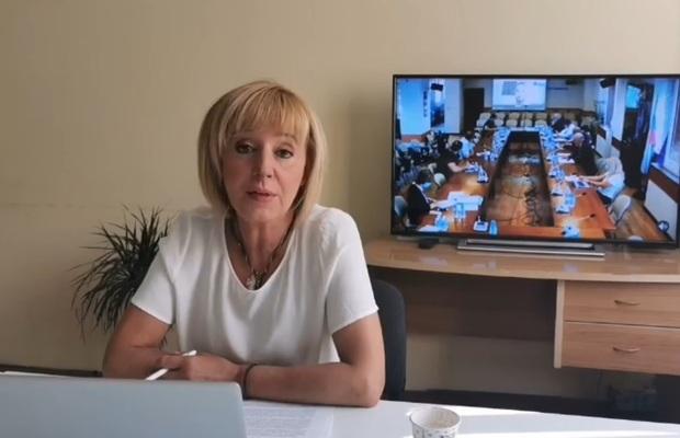 Манолова призова Радев да предложи референдум за промените в Конституцията