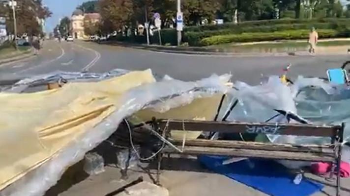 Неизвестни са нападнали палатковия лагер пред Софийския университет