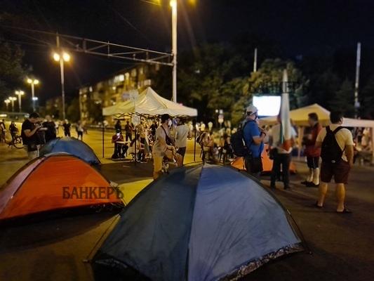 Спокойно е преминала нощта в палатковите лагери в София
