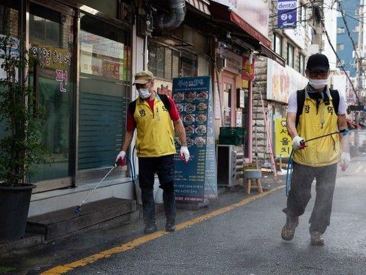 Южна Корея регистрира най-ниския брой на заразявания с COVID-19 от три седмици, след като затегна правилата