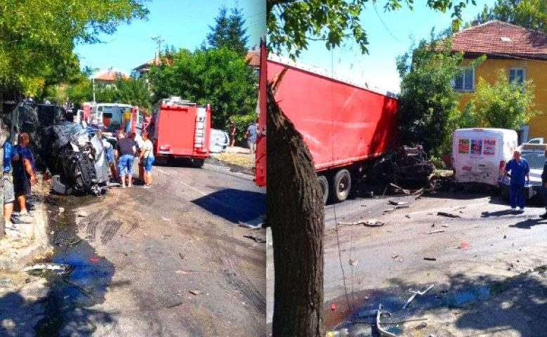 Ад в центъра на Айтос: ТИР помете 11 автомобила, загина 28-годишна жена
