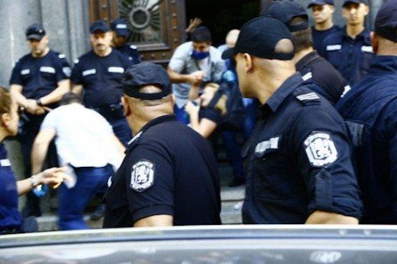 Екшън в парламента! Полицаи изведоха майките след 8-часова обсада