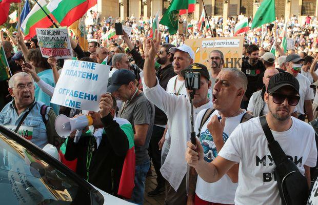 В 56-ия ден на протеста – сблъсъци, обгазени и задържани пред новата сграда на парламента