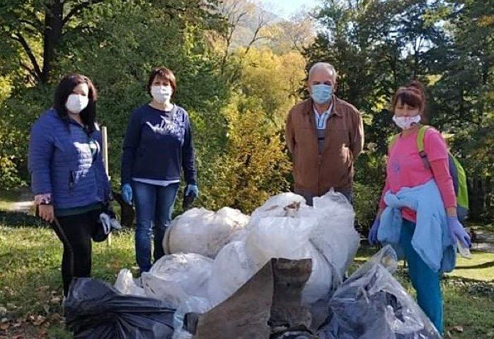 """Добрият пример: Родолюбиви карловци почистиха коритото на Стара река и парк """"Водопад"""""""