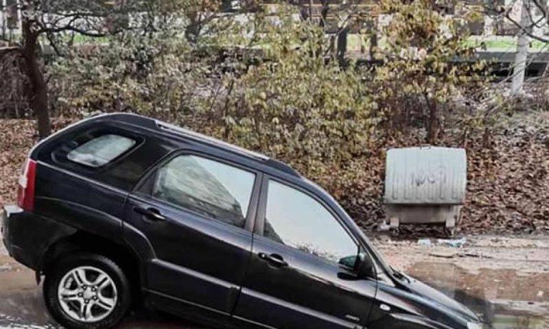 Джип пропадна в улична дупка в Пловдив