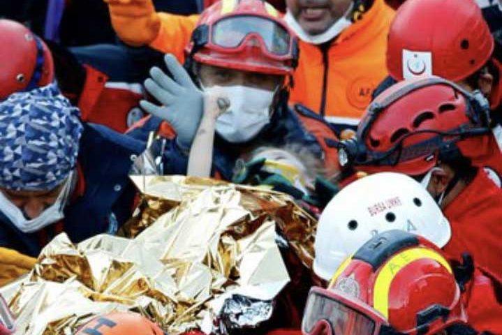 Под развалините в Измир: Откриха и спасиха 3-годишно дете (СНИМКИ/ВИДЕО)