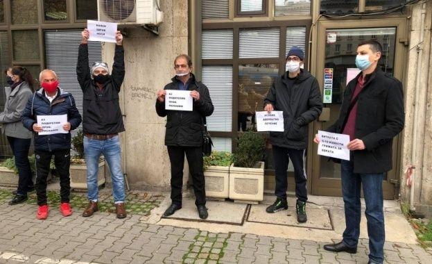 Трансплантирани пациенти от цялата страна протестираха пред здравното министерство