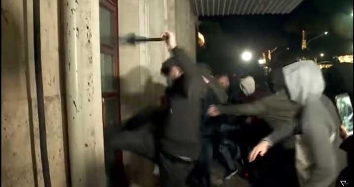 Полицай уби младеж заради нарушен вечерен час в Албания. Последва вълна от погроми