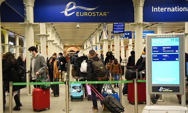 Транспортен хаос във Великобритания: Хиляди се опитват да напуснат страната, има опасност за доставките