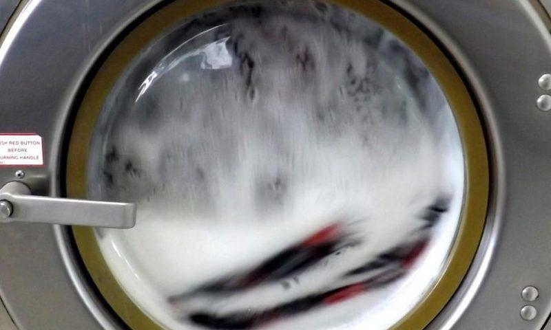 Бандит оцеля след 100 минути в работеща пералня