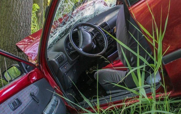 Смърт край Карлово: Шофьор се заби в дърво, загуби живота си