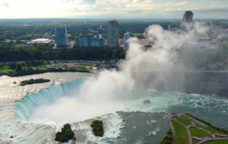 Ниагарският водопад грейва в цветовете на трибагреника. Къде и как можем да го гледаме?