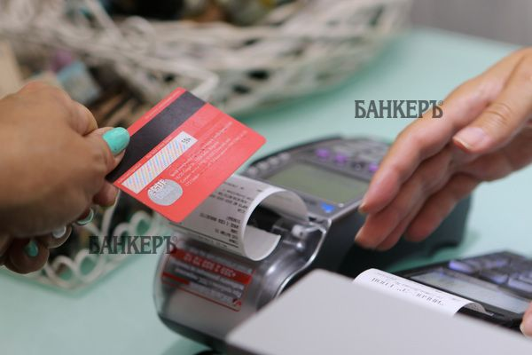 Българските банкиотчитат двуцифрени ръстове на безкешови
