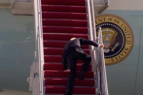 Джо Байдън падна на стълбите на президентския самолет