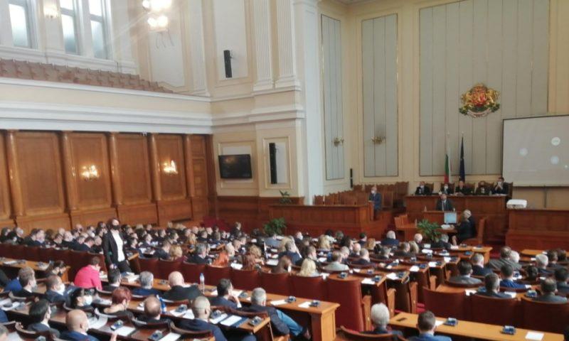 Депутатите гласуваха промени в Изборния кодекс с разправии и издирване на Слави