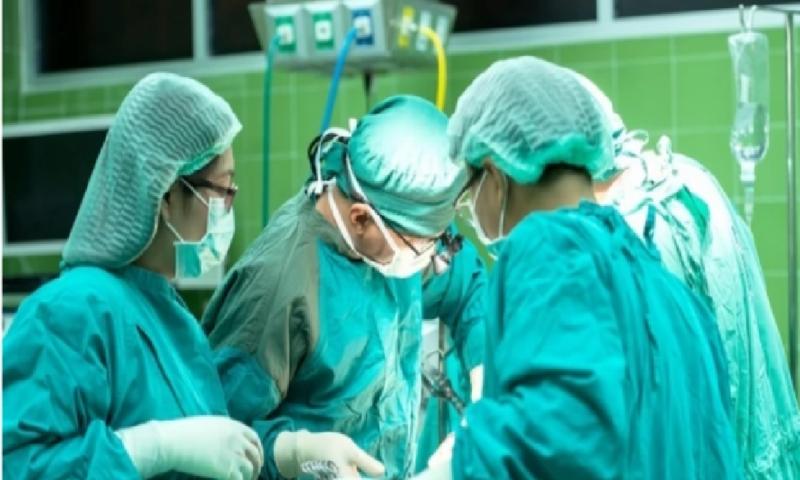 """С 3-часова операция в УМБАЛ """"Свети Георги"""" отстраниха 1,5 кг тумор от коляно на пациент"""