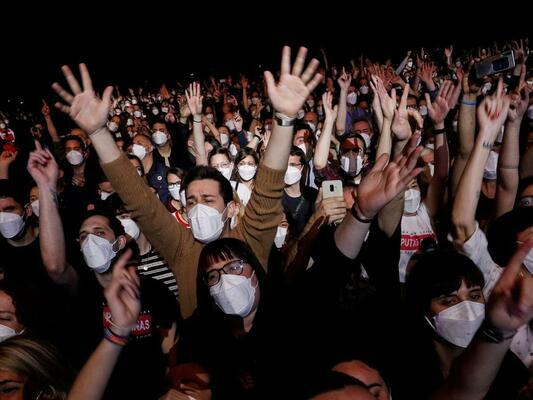 Едва шестима заразени след експериментален концерт с 5000