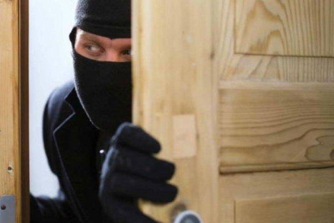 Решетки за двама бандити, задигнали пари от къща в Баня