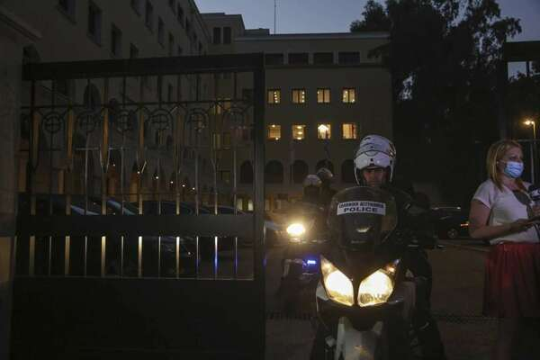 Гръцки свещеник заля с киселина седем митрополити, в болница