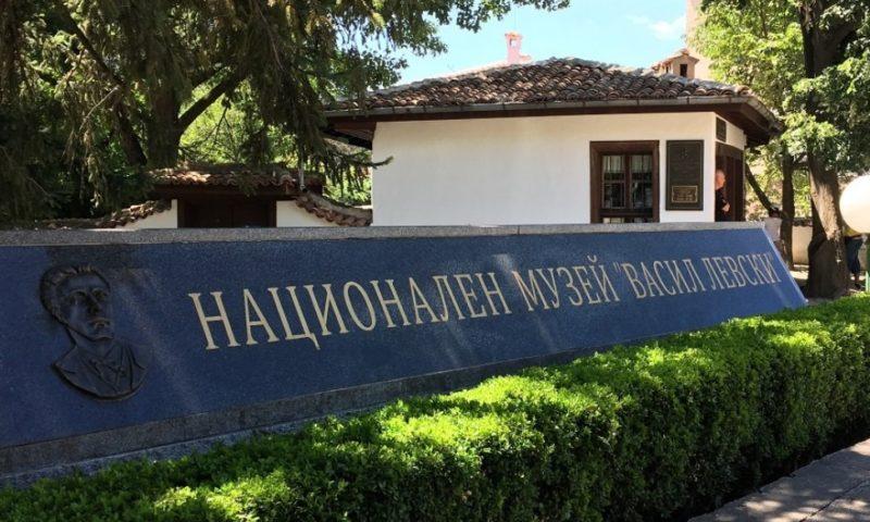 Студенти от Пловдивския университет подреждат изложба с постери в Националния музей на Апостола в Карлово